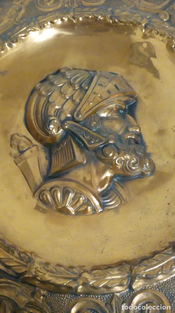 Varios objetos de Arte: PLATO DE COBRE CON RELIEVE DE SOLDADO - Foto 5 - 187438238