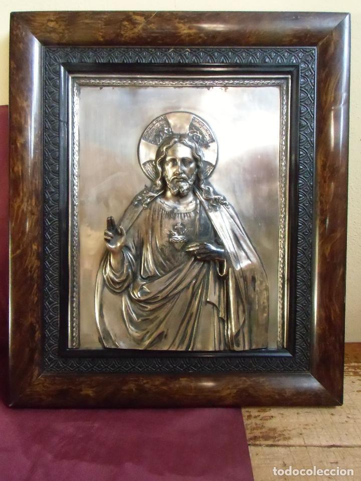 ANTIGUO CUADRO METAL PLATEADO EN RELIEVE SDO.CORAZON DE JESUS.48X41 CM. (Arte - Varios Objetos de Arte)