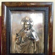 Varios objetos de Arte: ANTIGUO CUADRO METAL PLATEADO EN RELIEVE SDO.CORAZON DE JESUS.48X41 CM.. Lote 194235778