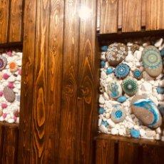 Varios objetos de Arte: JUEGO DE PIEDRAS PINTADAS A MANO. Lote 194979238