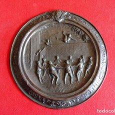 Varios objetos de Arte: CUADRO REDONDO REPUJADO EN METAL PLATEADO - ESCENAS DEL QUIJOTE - SANCHO PANZA MANTEADO. Lote 197179801