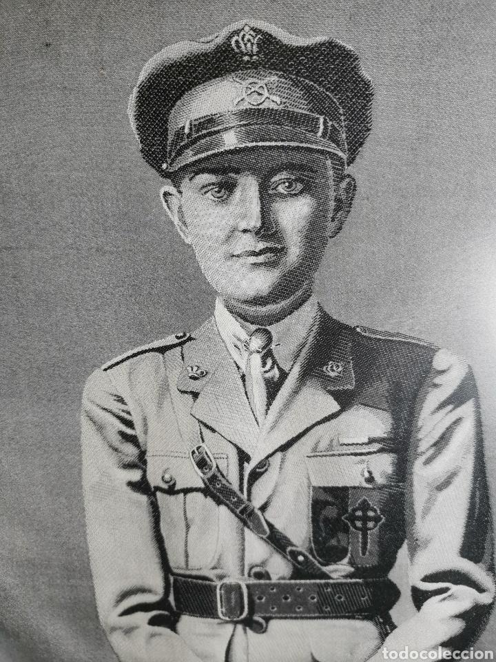 Varios objetos de Arte: Espectacular retrato en seda de Don Alfonso de Borbón. 1926. - Foto 2 - 199693117