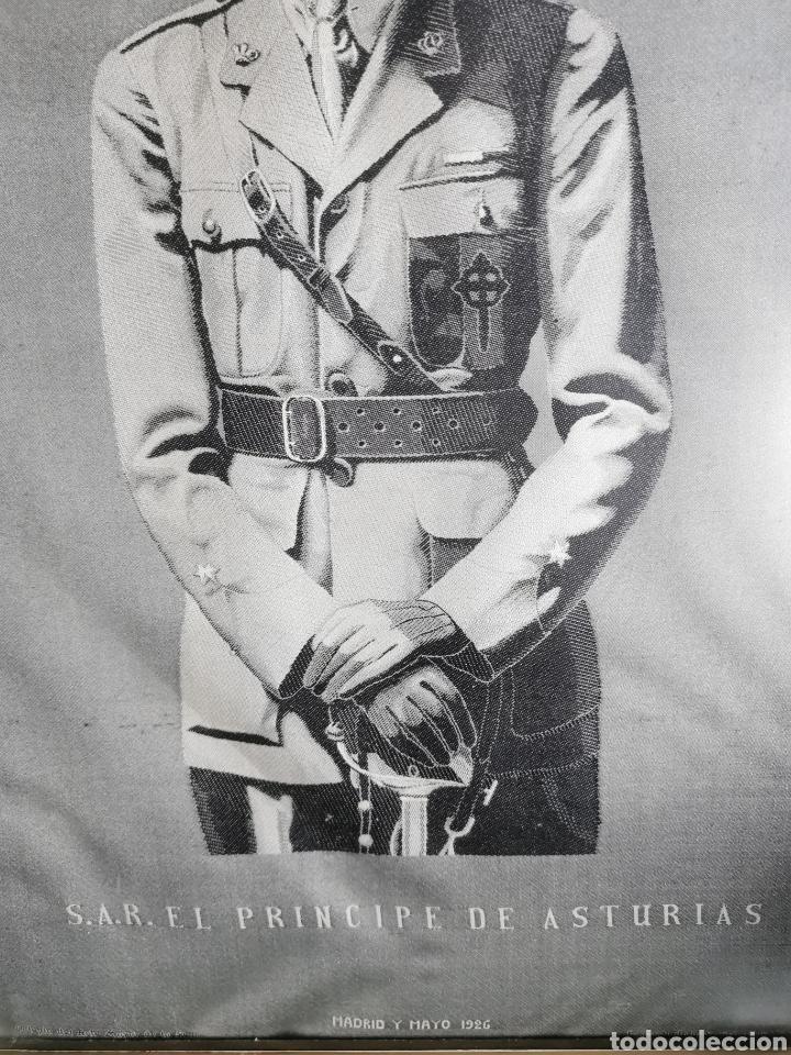 Varios objetos de Arte: Espectacular retrato en seda de Don Alfonso de Borbón. 1926. - Foto 7 - 199693117