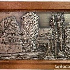 Varios objetos de Arte: BAJO RELIEVE EN ESTAÑO CON MARCO DE ROBLE.. Lote 206181352