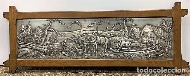 BAJO RELIEVE DE ESTAÑO CON MARCO DE ROBLE. (Arte - Varios Objetos de Arte)