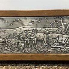 Varios objetos de Arte: BAJO RELIEVE DE ESTAÑO CON MARCO DE ROBLE.. Lote 206181537