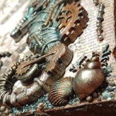 Varios objetos de Arte: CUADRO SEA HORSE MONTADO EN CANVAS TÉCNICA MIXED MEDIA STEAMPUNK CABALLITO DE MAR MECHANICALS MARINO. Lote 207253277
