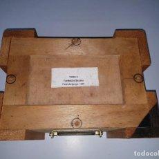 Varios objetos de Arte: CAJA-MADERA-PARA FIGURA-FUNDACIÓN LUÍS SEOANE-FINAL DEL JUEGO 1957-ANTIGUA-PERFECTA-ASAS-VER FOTOS. Lote 208098983