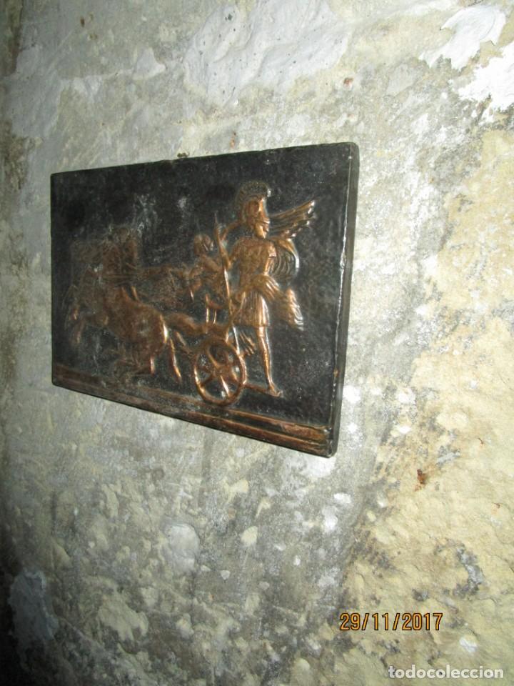 ANTIGUO BAJO RELIEVE DE MADERA Y REPUJADO EN COBRE CARRO DE COMBATE GRIGO (Arte - Varios Objetos de Arte)