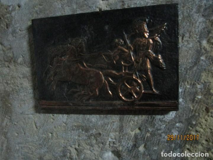 Varios objetos de Arte: ANTIGUO BAJO RELIEVE DE MADERA Y REPUJADO EN COBRE CARRO DE COMBATE GRIGO - Foto 3 - 212739458