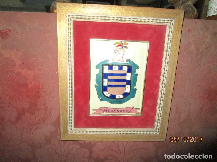 Varios objetos de Arte: ESCUDO HERALDICO MENENDEZ ESMALTE EN PORCELANA ENMARCADO POR PETEN ALICANTE - Foto 2 - 214812715