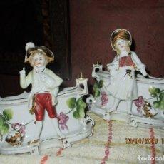 Varios objetos de Arte: PORCELANA ANTIGUA PAREJA DE FUENTES ROMANTICAS MARCA 10. Lote 228703215