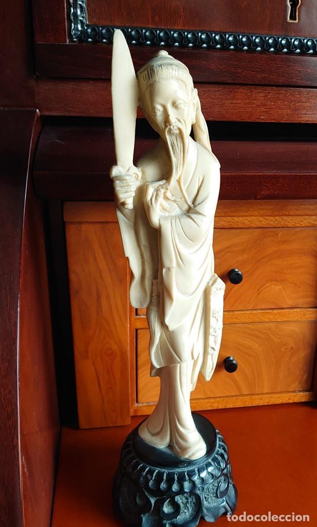 TALLA SIMIL MARFIL Y EBANO VIEJO CHINO (Arte - Varios Objetos de Arte)