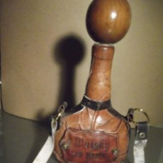 Varios objetos de Arte: BOTELLA WHISKY 25 CM DE SAN MARINO DE PIEL Y TAPÓN DE MADERA (VACÍA). Lote 230770110