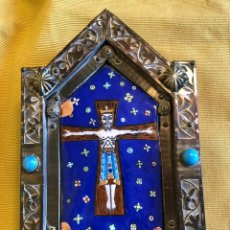 Varios objetos de Arte: BELLO CRISTO ESMALTADO. MARCO DE MADERA Y LATÓN.. Lote 238279030