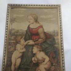 Varios objetos de Arte: ANTIGUO TAPIZ EMARCADO DE LA VIRGEN DEL PRADO (MADONNA DEL PRATO) DE RAFAEL CON JESUS Y SAN JUANITO. Lote 239689845