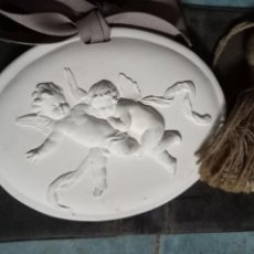 Varios objetos de Arte: BAJO RELIEVE EN YESO DE CUPIDO O DOS ÁNGELES LAZO Y BORLA. Lote 241826570