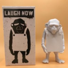 Art: BANKSY - APOLOGIES TO BANKSY - LAUGH NOW - VINYL DIY COLLECTABLE TOY. Lote 242214060
