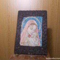 Varios objetos de Arte: CUADRO DE MADERA CON LAMINA DE VIRGEN Y EL NIÑO. JANDRO . MITAD S. XX. Lote 246494835