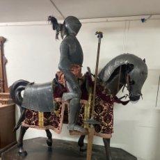 Varios objetos de Arte: CABALLO DE CARTON PIEDRA CON ARMADURA Y LANZA. TAMAÑO REAL. PRINCIPIOS S.XX.. Lote 248675385