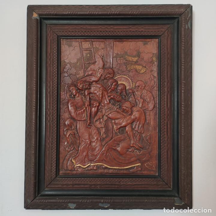 Varios objetos de Arte: Auténtica obra de arte. Cuadro del descendimiento de la cruz. Cuero repujado. Firmado F.M. Rubio. - Foto 2 - 250337220