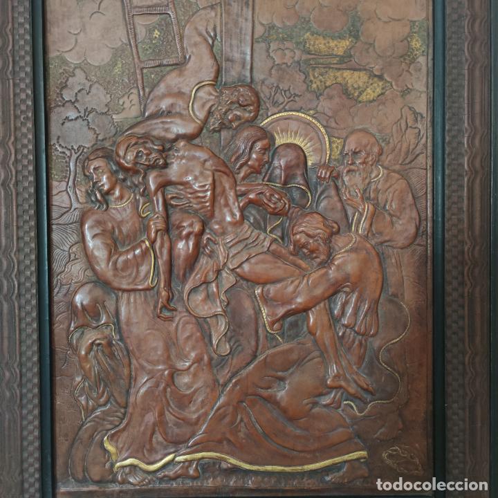 Varios objetos de Arte: Auténtica obra de arte. Cuadro del descendimiento de la cruz. Cuero repujado. Firmado F.M. Rubio. - Foto 3 - 250337220