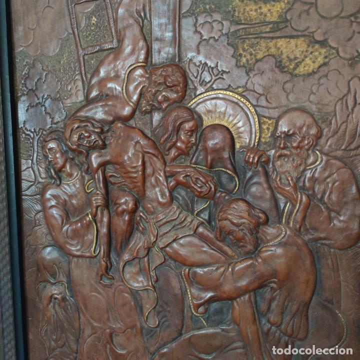 Varios objetos de Arte: Auténtica obra de arte. Cuadro del descendimiento de la cruz. Cuero repujado. Firmado F.M. Rubio. - Foto 4 - 250337220