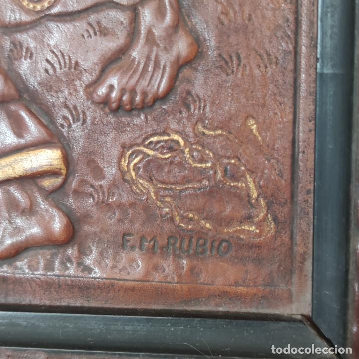 Varios objetos de Arte: Auténtica obra de arte. Cuadro del descendimiento de la cruz. Cuero repujado. Firmado F.M. Rubio. - Foto 5 - 250337220