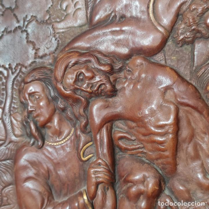 Varios objetos de Arte: Auténtica obra de arte. Cuadro del descendimiento de la cruz. Cuero repujado. Firmado F.M. Rubio. - Foto 6 - 250337220