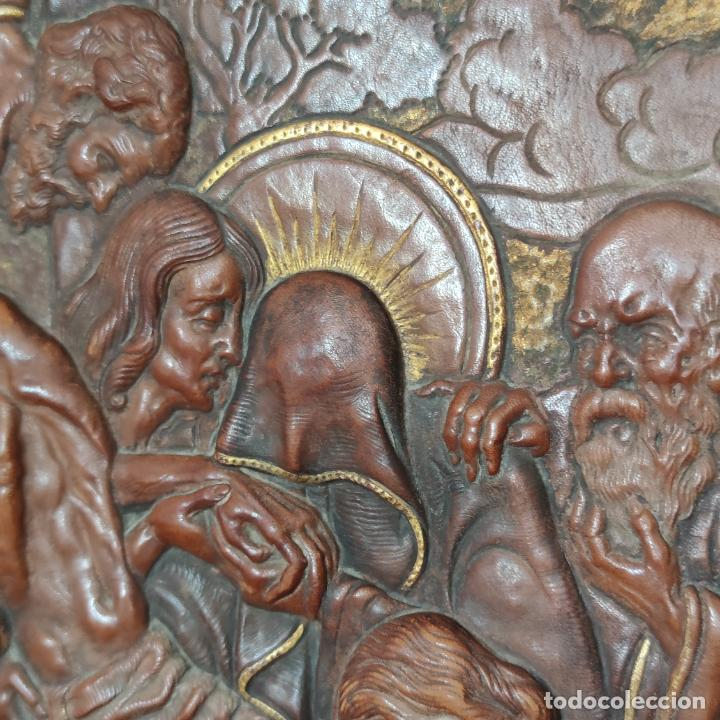 Varios objetos de Arte: Auténtica obra de arte. Cuadro del descendimiento de la cruz. Cuero repujado. Firmado F.M. Rubio. - Foto 7 - 250337220