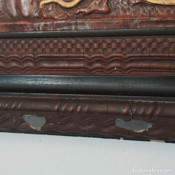Varios objetos de Arte: Auténtica obra de arte. Cuadro del descendimiento de la cruz. Cuero repujado. Firmado F.M. Rubio. - Foto 11 - 250337220