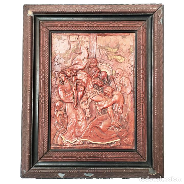 AUTÉNTICA OBRA DE ARTE. CUADRO DEL DESCENDIMIENTO DE LA CRUZ. CUERO REPUJADO. FIRMADO F.M. RUBIO. (Arte - Varios Objetos de Arte)