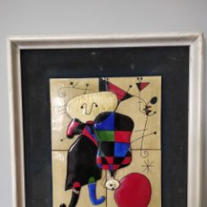 Varios objetos de Arte: CUADRO, RELIEVE, ESMALTE. PERSONAJES Y PERRO ANTE EL SOL. - JOAN MIRÓ. 44X38CM. Lote 257988770