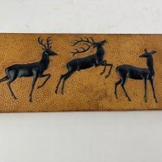 Varios objetos de Arte: CUADRO DE PIEL CON RELIEVE. S.XX.. Lote 274367943