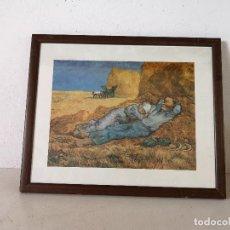 Art: CUADRO CON IMAGEN SURREALISTA, CAMPESINOS DESCANSANDO, MADERA CON CRISTAL, UNOS 55 X 45 CMS.. Lote 276117993