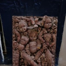 Varios objetos de Arte: ANTIGUA OBRA BAJO RELIEVE TECNICA MIXTA MUÑECAS ANTIGUAS CUADRO SOBRE MADERA. Lote 283367138