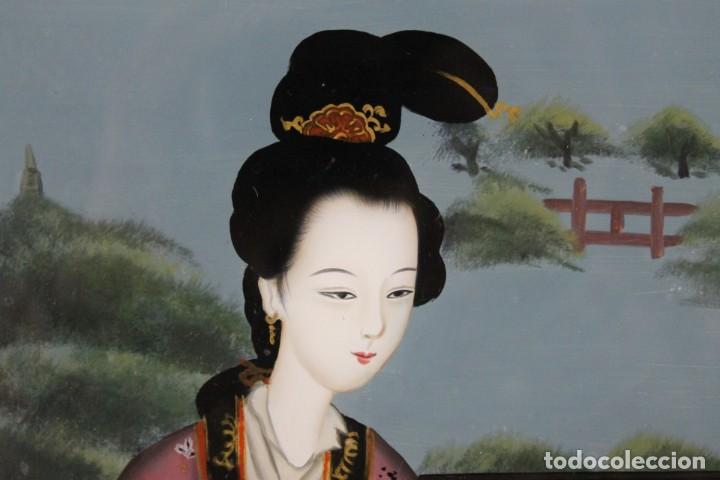 Varios objetos de Arte: Óleo sobre cristal chino. Dama con instrumento. Marco de madera. Mediados siglo XX - Foto 2 - 289247633