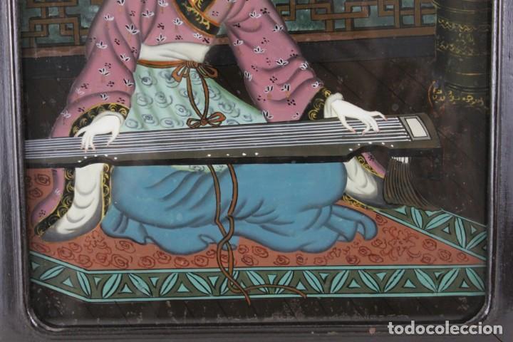 Varios objetos de Arte: Óleo sobre cristal chino. Dama con instrumento. Marco de madera. Mediados siglo XX - Foto 4 - 289247633