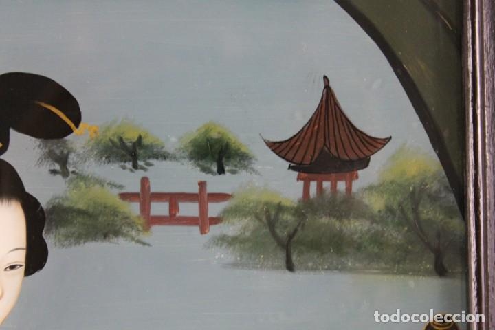 Varios objetos de Arte: Óleo sobre cristal chino. Dama con instrumento. Marco de madera. Mediados siglo XX - Foto 5 - 289247633