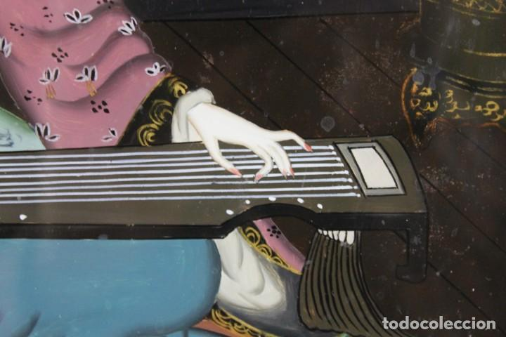 Varios objetos de Arte: Óleo sobre cristal chino. Dama con instrumento. Marco de madera. Mediados siglo XX - Foto 7 - 289247633
