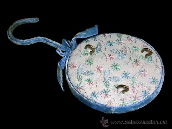 Vestidos Muñeca Española Clásica: Perchero colgador aterciopelado y forrado en tela, para accesorios de muñeca antigua española. - Foto 2 - 26609726
