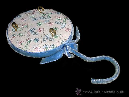 Vestidos Muñeca Española Clásica: Perchero colgador aterciopelado y forrado en tela, para accesorios de muñeca antigua española. - Foto 3 - 26609726