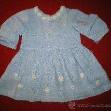 Vestidos Muñeca Española Clásica: VESTIDO CELESTE (VIYELA?)SACADO DE UN BAUL DE GISELA. Lote 30214486