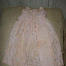 Vestidos Muñeca Española Clásica: BONITO VESTIDO ANTIGUO POPELIN ROSA, CON BORDADOS 111-1. Lote 32300425