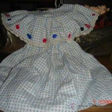 Vestidos Muñeca Española Clásica: VESTIDITO TAMAÑO GUENDOLINE, MUY BONITO A CUADROS CON BOTONES, AÑOS 70, BIEN CONSERVADO. Lote 36115829