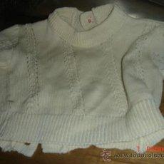 Vestidos Muñeca Española Clásica: JERSEY ANTIGUO DE PERLE CALADO 18 DE LARGO X 16 DE HOMBRO X 8 DE MANGA X 18 DE ANCHO, MUÑECO GRANDE. Lote 36235223