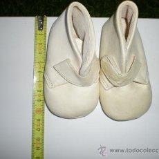 Vestidos Muñeca Española Clásica: ANTIGUOS ZAPATOS BLANCOS DE MUÑECAS 10 CM AÑOS 50 Ò 60 SIN USO RESTOS DE FABRICA CERRADA. Lote 36904738