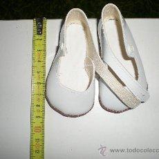 Vestidos Muñeca Española Clásica: ANTIGUOS ZAPATOS BLANCO CHAROL DE MUÑECAS 9 CM AÑOS 50 Ò 60 SIN USO RESTOS DE FABRICA CERRADA. Lote 36905269