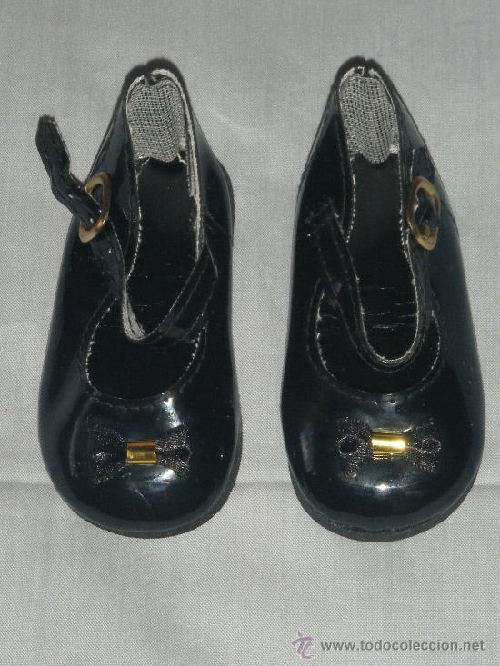 Vestido negro con zapatos de charol