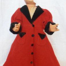 Vestidos Muñeca Española Clásica: PRECIOSO ABRIGO ROJO LARGO DE MUÑECA GISELA AÑOS 40 . Lote 53743812